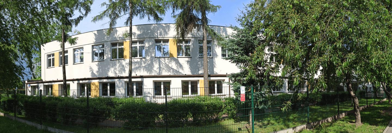 Panorama szkoły wśród drzew